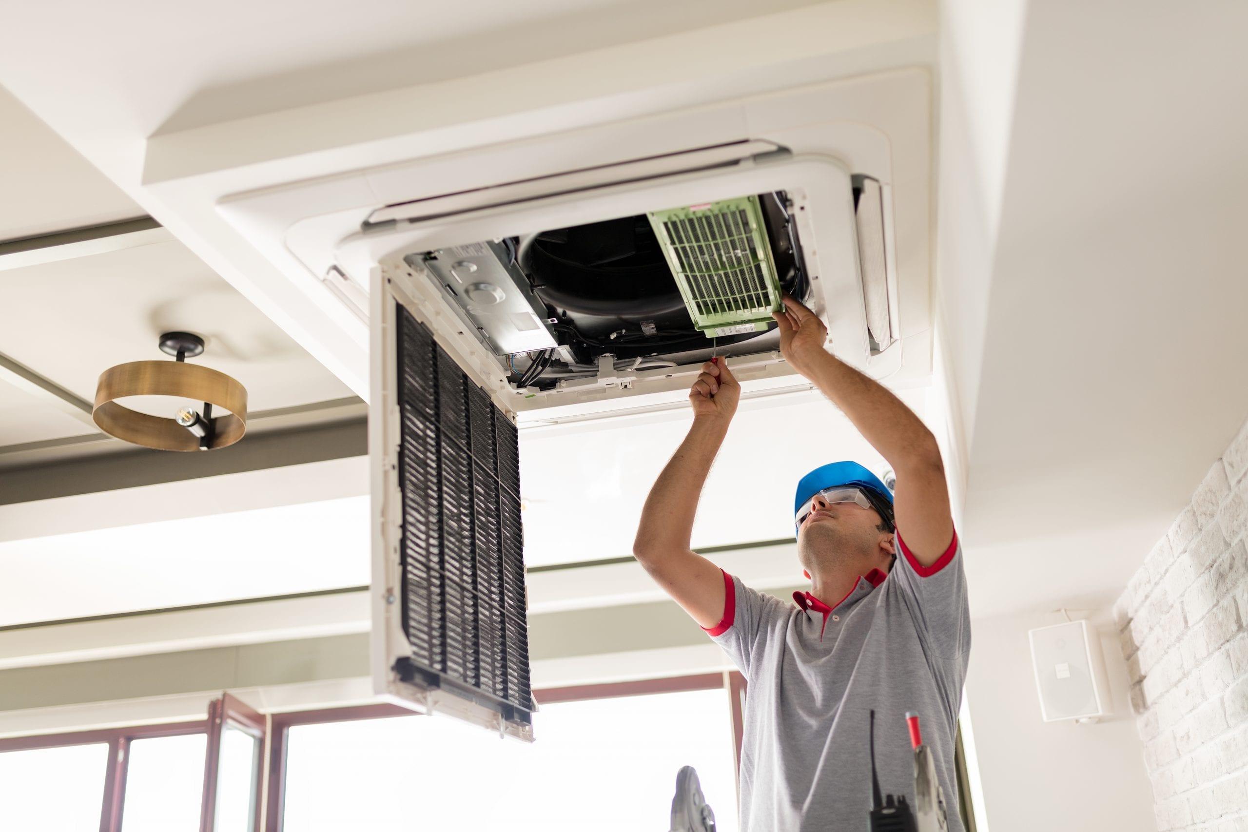 Installateur die airco schoon maakt